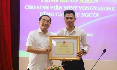 Tặng bằng khen cho sinh viên Lào dũng cảm cứu người đuối nước