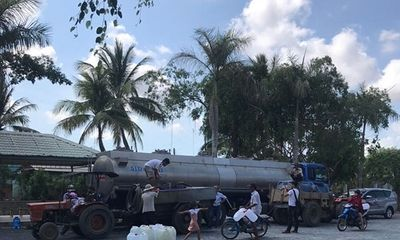 Tặng nước ngọt cho người dân vùng hạn hán Bến Tre
