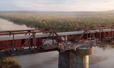 Kỳ lạ khách sạn nằm chênh vênh trên đường ray của cầu sắt