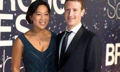 Giàu thứ 3 thế giới, tỷ phú Mark Zuckerberg vẫn để vợ cắt mái tóc