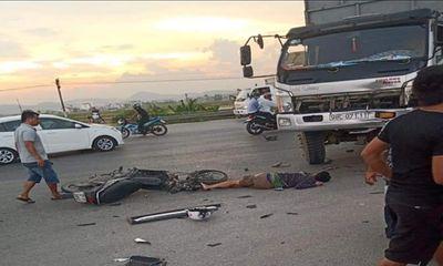 Xe máy va chạm kinh hoàng với ô tô tải, 1 người tử vong tại chỗ