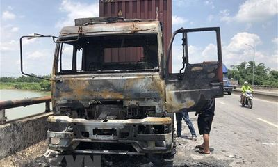 Xe container bốc cháy dữ dội giữa trưa nắng trên quốc lộ 5