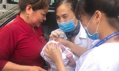 Sản phụ vỡ ối, đang đến viện thì tắc đường, nhân viên CDC Hà Nội đỡ đẻ ngay trên taxi