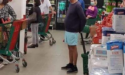 Tổng thống Bồ Đào Nha xếp hàng trong siêu thị như mọi người