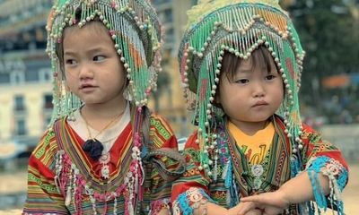 Nụ cười rạng rỡ của 2 cô bé bán hàng rong ở Sa Pa gây