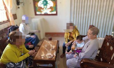 Người bán hàng rong phát hiện bé gái bị bỏ trước cổng chùa cùng lời nhắn