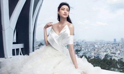 Lương Thùy Linh diện váy cưới, liều lĩnh thả dáng trên sân thượng tòa nhà cao tầng