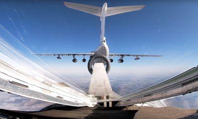 Video: Cảnh tiếp nhiên liệu ngoạn mục trên không của chiến đấu cơ Nga