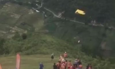 Chơi dù lượn ở Mù Cang Chải, phi công người Nga bất ngờ rơi xuống vực