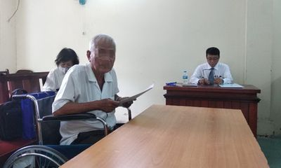 Hy hữu: Cha 75 tuổi kiện con gái đòi hũ tro cốt và bài vị