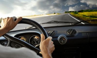 Video: Thót tim trước cảnh xe ô tô mất lái, em nhỏ văng ra đường
