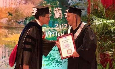 Cụ ông gây bão mạng xã hội khi 80 tuổi mới đi học, 91 tuổi nhận bằng đại học