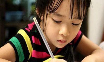 Con gái viết chữ đẹp, đều tăm tắp nhưng người mẹ lại không vui vì lý do này