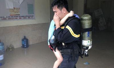 Hà Nội: Kịp thời giải cứu 4 người mắc kẹt trong đám cháy ở chung cư