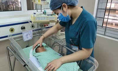 Bé trai bị bỏ rơi dưới hố ga bị nhiễm trùng máu nặng, trong tình trạng nguy hiểm
