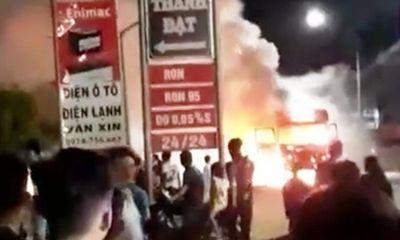 Xe tiền tỷ bốc cháy dữ dội, lửa lan sang thiêu rụi kho phế liệu