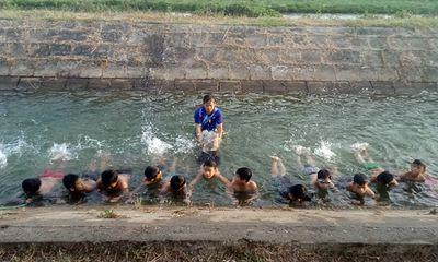 """Xót xa cảnh học sinh đuối nước, thầy giáo ngăn dòng dạy bơi miễn phí ở vùng """"rốn lũ"""""""