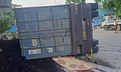Yên Bái: Xe đầu kéo vào cua bị lật nghiêng, đè hai mẹ con đi xe máy tử vong