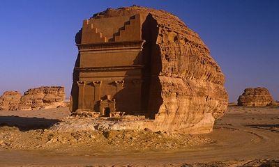 Video: Cận cảnh ngôi mộ tạc từ khối đá khổng lồ nằm trơ trọi giữa sa mạc