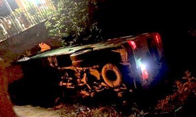 Hiện trường vụ lật xe xe chở học sinh đi chụp kỷ yếu kinh hoàng trong đêm, 30 người may mắn thoát nạn