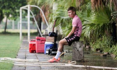 Quang Hải chấn thương rách cơ háng, ngồi lẻ loi nhìn đồng đội tập luyện