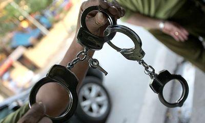 Bị còng tay, tên trộm vẫn lấy được chìa khóa