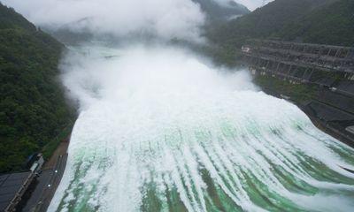 Video: Đập thủy điện Tân An Giang mở 9 cửa xả lũ