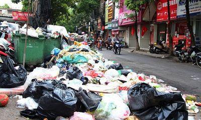 Giữa thời tiết oi bức, 9.000 tấn rác tồn đọng trong nội thành Hà Nội