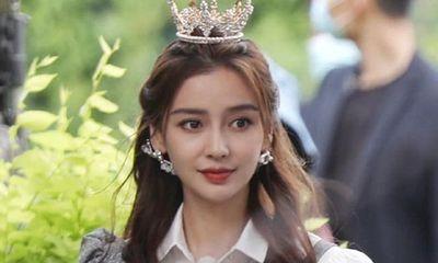 Đội vương miện cứ đẹp lộng lẫy thế này, chẳng ai làm công chúa hợp như Angelababy