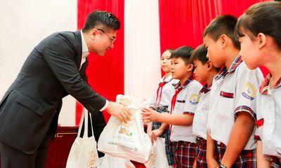 Hanwha Life Việt Nam trao tặng 1.000 phần quà cho trẻ bị ảnh hưởng bởi dịch Covid-19