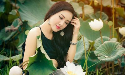 BTV Hoài Anh diện áo yếm giữa đầm sen, khoe nhan sắc
