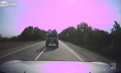 Video: SUV mất lái khi ôm cua, hất văng nhiều người trên xe xuống mương