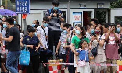 Hàng nghìn người tụ tập xem nhân lãnh sự quán Mỹ ở Thành Đô thu dọn để đóng cửa