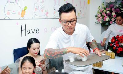 Tuấn Hưng tự bưng bê phục vụ khách mời của Huy Khánh