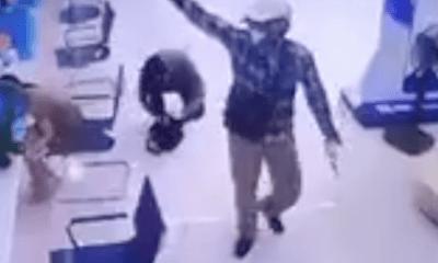 Video: 2 đối tượng cướp tiền, rút súng đe dọa nhân viên ngân hàng BIDV như phim hành động