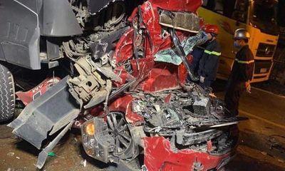 Chùm ảnh hiện trường vụ xe container đè bẹp ô tô con khiến 3 người chết ở Hà Nội