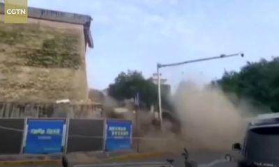 Video: Bức tường cổ 600 tuổi ở Trung Quốc bất ngờ đổ sập do mưa lớn