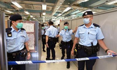 200 cảnh sát ập vào khám xét trụ sở báo Apple Daily sau khi bắt giữ trùm truyền thông Hong Kong Lê Trí Anh