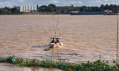 Phát hiện thi thể người đàn ông trên sông Đồng Nai, hàng trăm người hiếu kỳ theo dõi