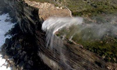 Video: Tròn mắt xem thác nước chuyển hướng chảy ngược lên trời giữa gió bão
