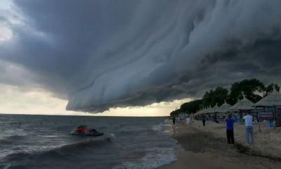 VIdeo: Choáng ngợp cảnh tượng kì vĩ bất ngờ xuất hiện trên mặt hồ ở Hắc Long Giang