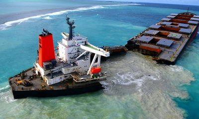 Tàu Nhật Bản chở 4.000 tấn dầu vỡ đôi trên biển Mauritius