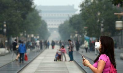 Người dân Bắc Kinh vẫn đeo khẩu trang dù quy định bắt buộc đã được gỡ bỏ