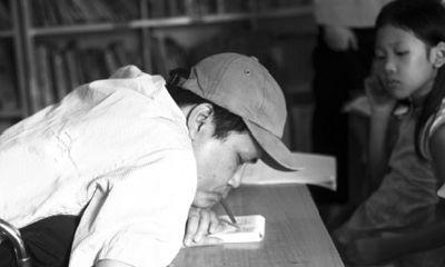 Chuyện về người thầy khuyết tật viết chữ bằng miệng, dạy học miễn phí cho trẻ em nghèo