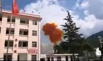 Video: Bộ phận tên lửa Trung Quốc gặp nạn, suýt rơi trúng trường học