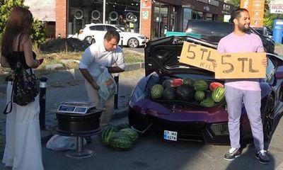 Người đàn ông chạy siêu xe gần 16 tỷ đồng chỉ để đi bán rong dưa hấu