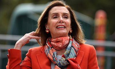 Chủ tịch Hạ viện Mỹ bị kiến nghị truy tố vì đi làm tóc không đeo khẩu trang