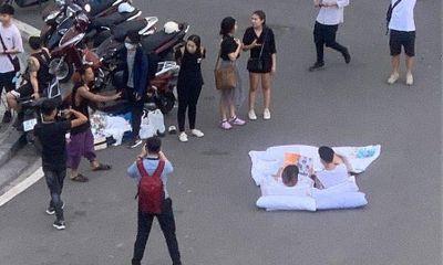 """Chụp ảnh cưới phong cách """"chăn gối"""" giữa phố: Liệu có phù hợp với văn hóa người Việt?"""