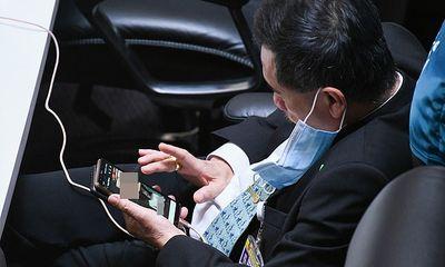 Nghị sĩ Thái Lan bị bắt gặp xem ảnh