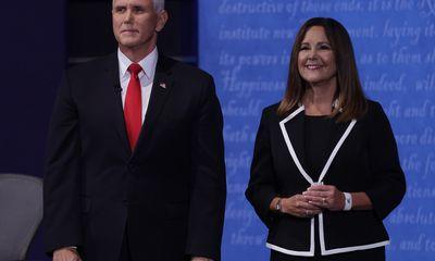 Không rút kinh nghiệm từ tổng thống Mỹ, vợ ông Mike Pence có hành động gây tranh cãi ngay tại buổi tranh luận